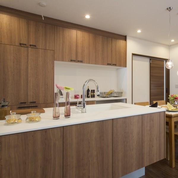 キッチンはペニンシュラ型を採用し広々とした空間を演出しました。