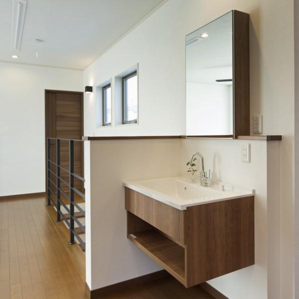 廊下に設けた手洗いも床材や建材に合う色味でコーディネートしました。