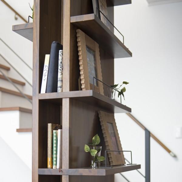 施主様ご希望の本棚と飾り棚は構造上必要な柱を活用して設計しました。