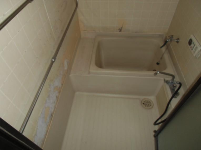 以前は浴槽と床のみのユニットで壁のタイルも剥がれてきていました。