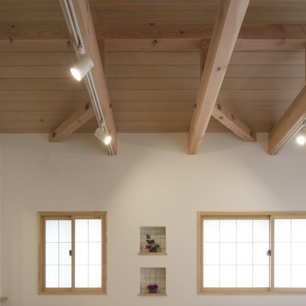 天井に無垢材を貼ることで、よりナチュラルな空間になりました。