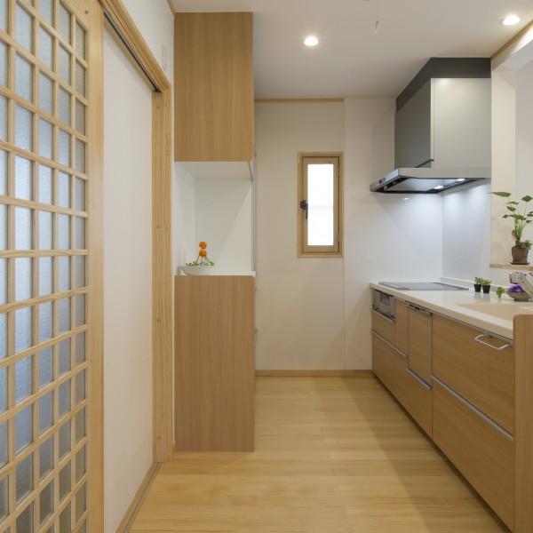 和風ナチュラルな空間に合う木目調のキッチンを選びました。