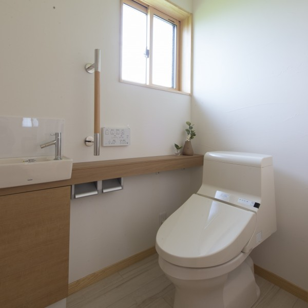 ゆったりとしたトイレは誰もが使いやすいバリアフリーデザイン。