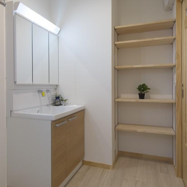 洗面所収納は沢山の荷物を容易に受け入れ、洗面所を広く使えます。