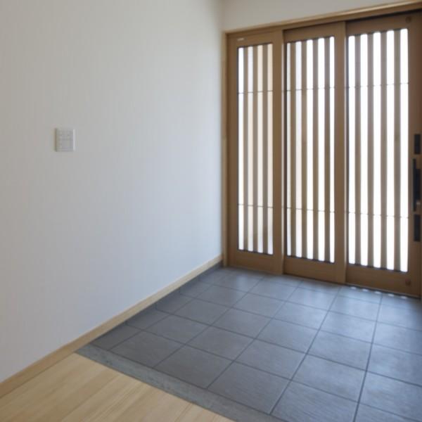 車椅子が通りやすい様に大きく開放できる玄関引戸、段差のない框。