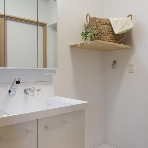 洗面所には棚を設けました。