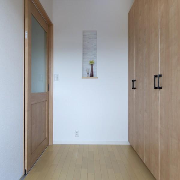 廊下は幅1メートル以上、ドアも全て引き戸にし車椅子でもゆったり通れるようにしています。