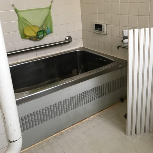 入る所が狭く、お湯の温度が下がりやすかった浴槽。