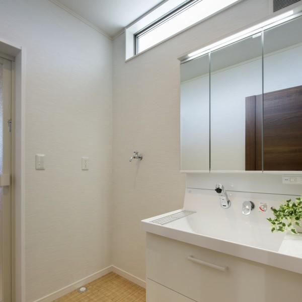 洗面所の窓は高い位置にしてプライバシーを守りつつも光を取り込める様にしています。