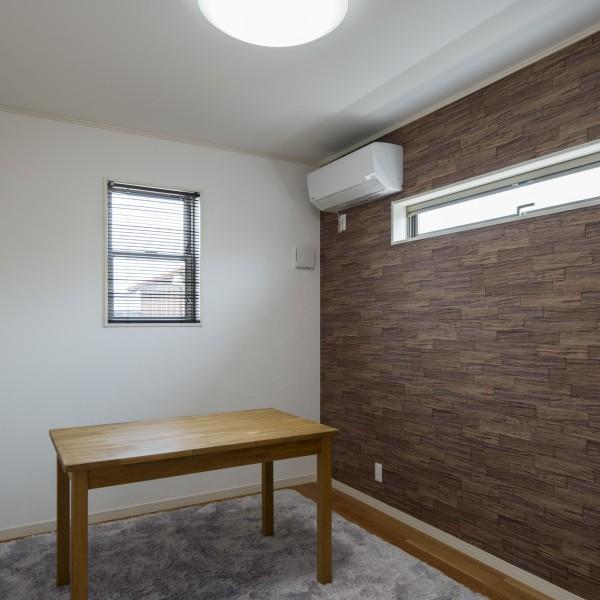 洗面所と同様に寝室の窓は高い位置にしてプライバシーを守りつつも光を取り込める様にしています。