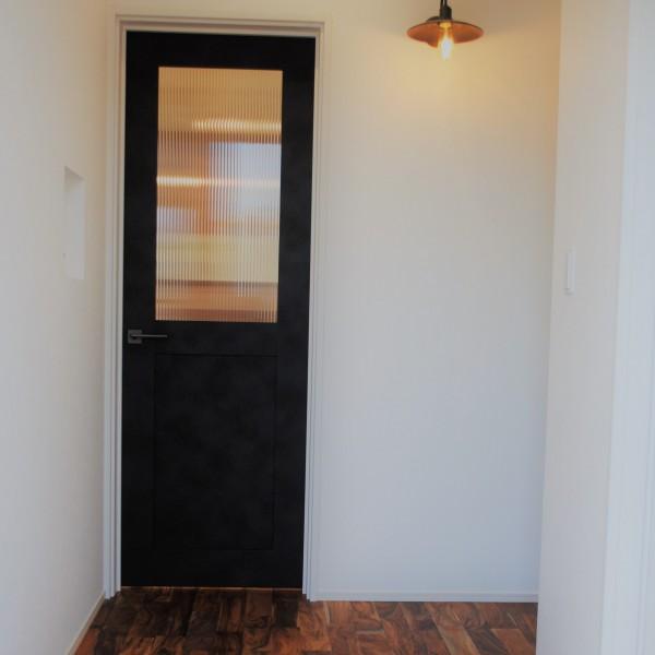 玄関を入ると一気に家の世界観に引きこまれます。