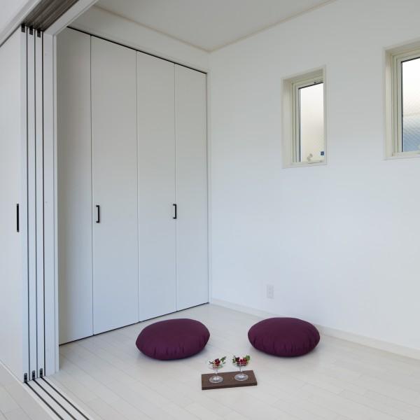リビングの隣にちょっとした書斎を設けました。 扉を閉めれば部屋になるのでプライバシーも守られます。