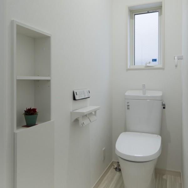 トイレには扉つきの収納を設け、余計なものが見えないようになっています。