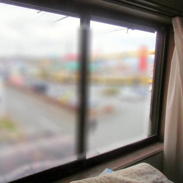 冬場は窓周辺が寒く、窓回りの痛みも見られました。