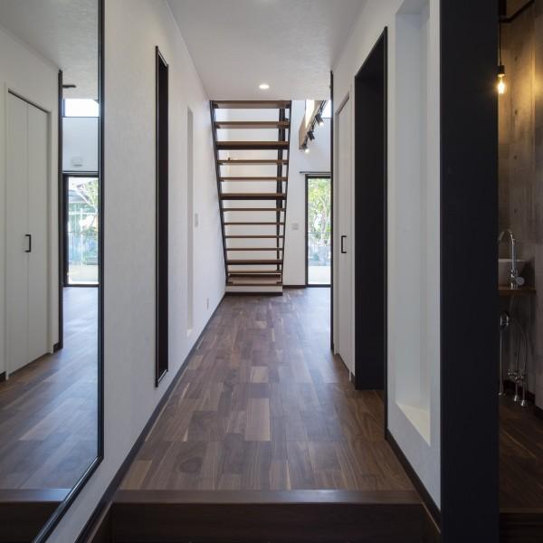 玄関を入るとアイアン階段が迎えてくれます。