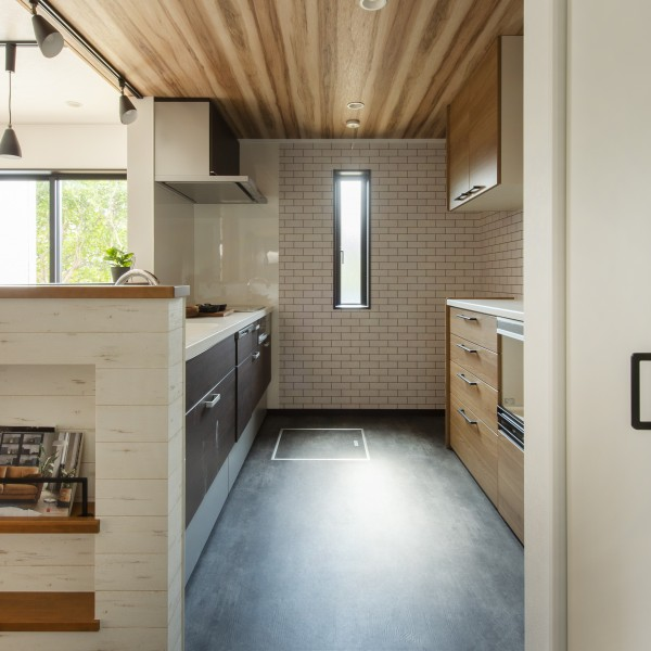 木目調のキッチンが部屋とマッチします。