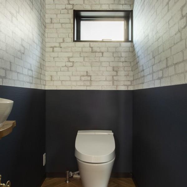 トイレにはレンガ調のクロスを貼りました。