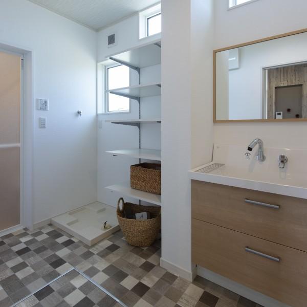 3帖の洗面脱衣室は元気なお子さんと皆で脱衣するにも十分な広さと収納を兼ね備えています。