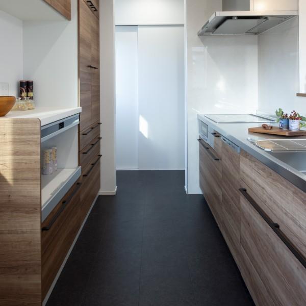 木目調のキッチンが部屋の雰囲気とマッチしています。