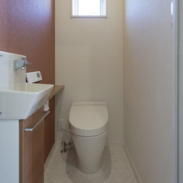 トイレのアクセントクロスは横に設けました。