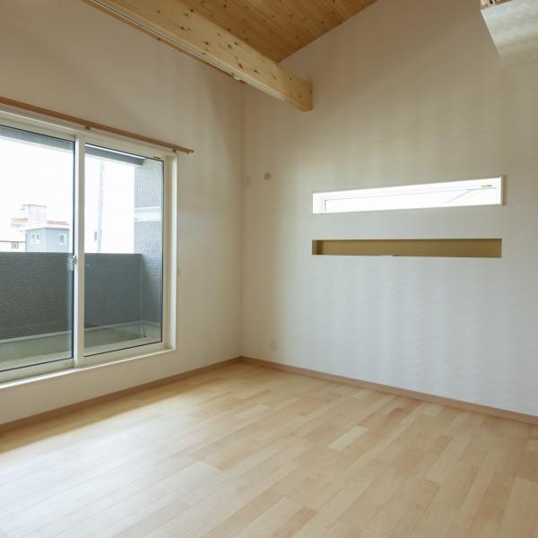 寝室は勾配天井になっています。奥にはウォークインクローゼットとロフトがあります。