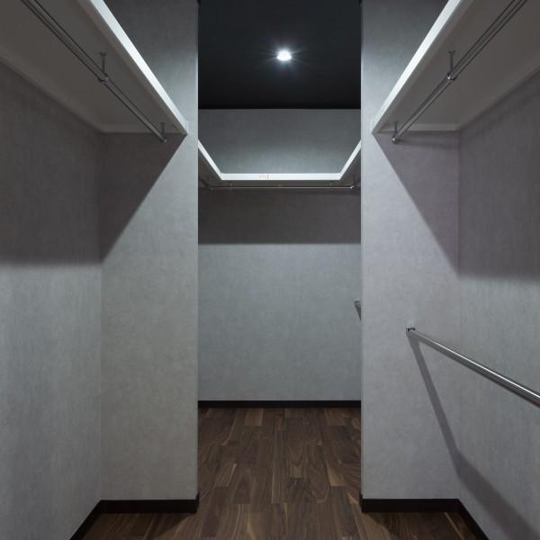 寝室に隣接したウォークインクローゼットにはハンガーパイプを2段に設置し、より多くの服を収納できるようにしました。
