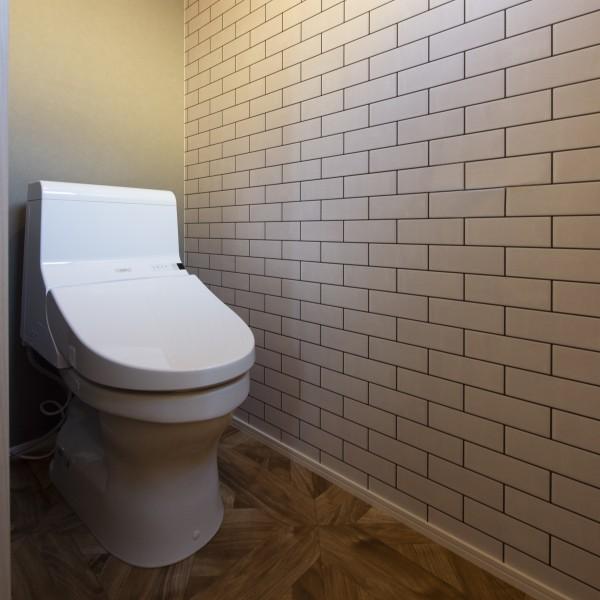 トイレにもサブウェイタイルを配置しました。