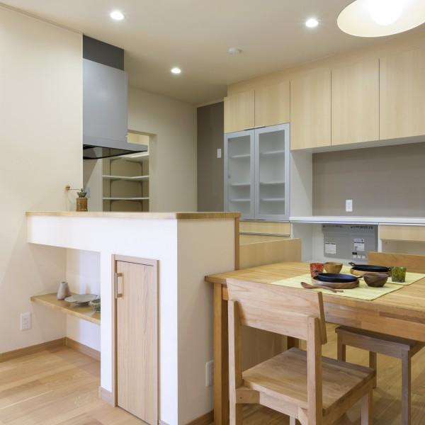 オープンキッチンには収納や飾り棚を設けました。ダイニングテーブルを横に配置すると動線が短くて良いですね。