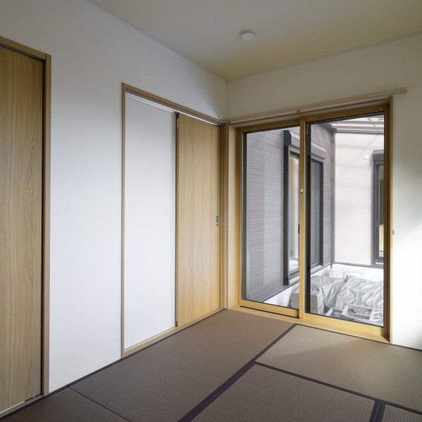 寝室の畳の色を茶色にする事で落ち着いた雰囲気になりました。