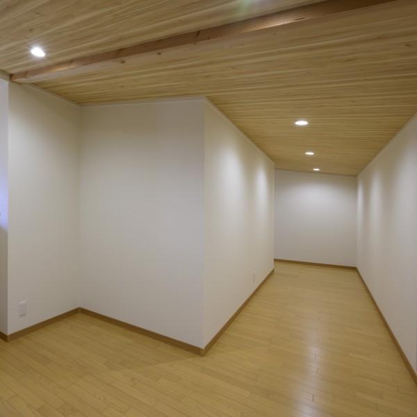 小屋裏を使った収納です。天井の一番低い場所でも1メートル90センチの高さがあるのでとても使いやすいです。