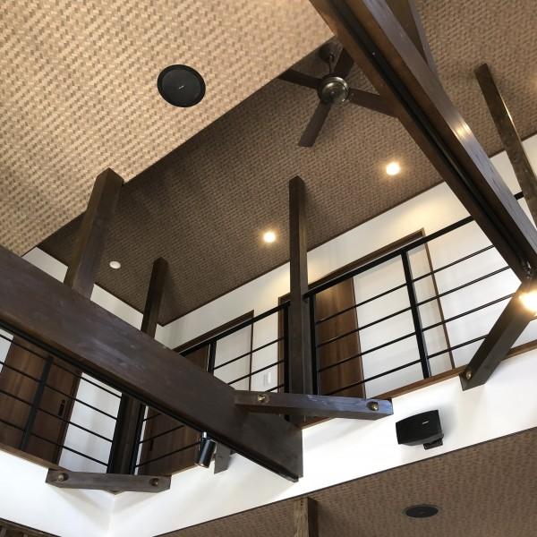 二階の様子が見渡せる吹き抜けです。旦那様の音楽のご趣味に合わせて 一階の天井にはスピーカーを設置し、スライド式のライトを設けました。
