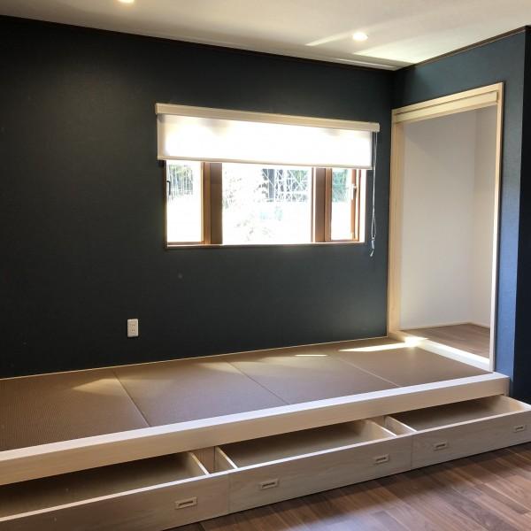 日当たりの良い小上がりの畳コーナーには収納スペースを。